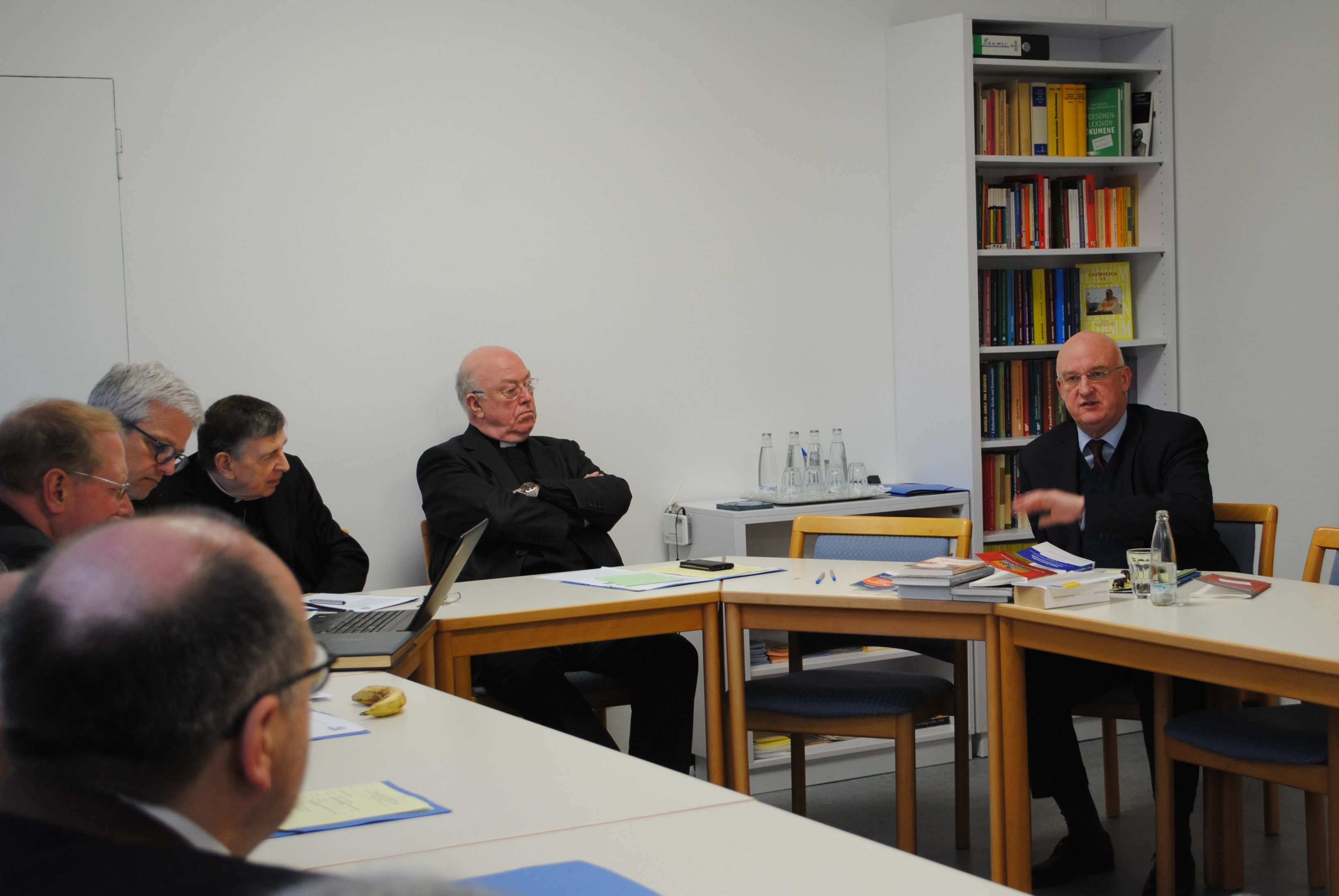 Prof. Dr. Wolfgang Thönissen informs the committee about the current work of the Möhler institute.